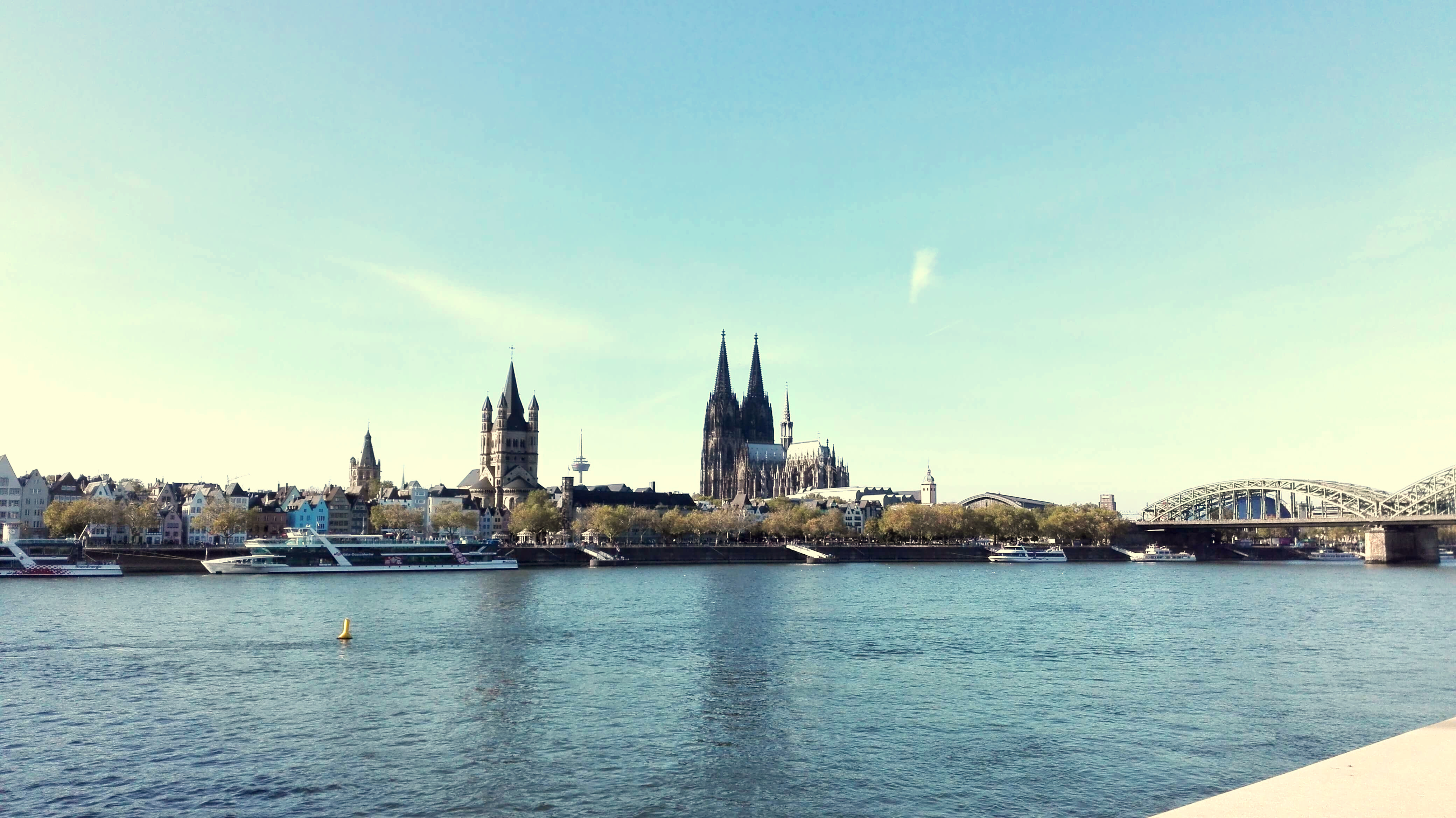 Blick auf Stadt von anderer Rheinseite