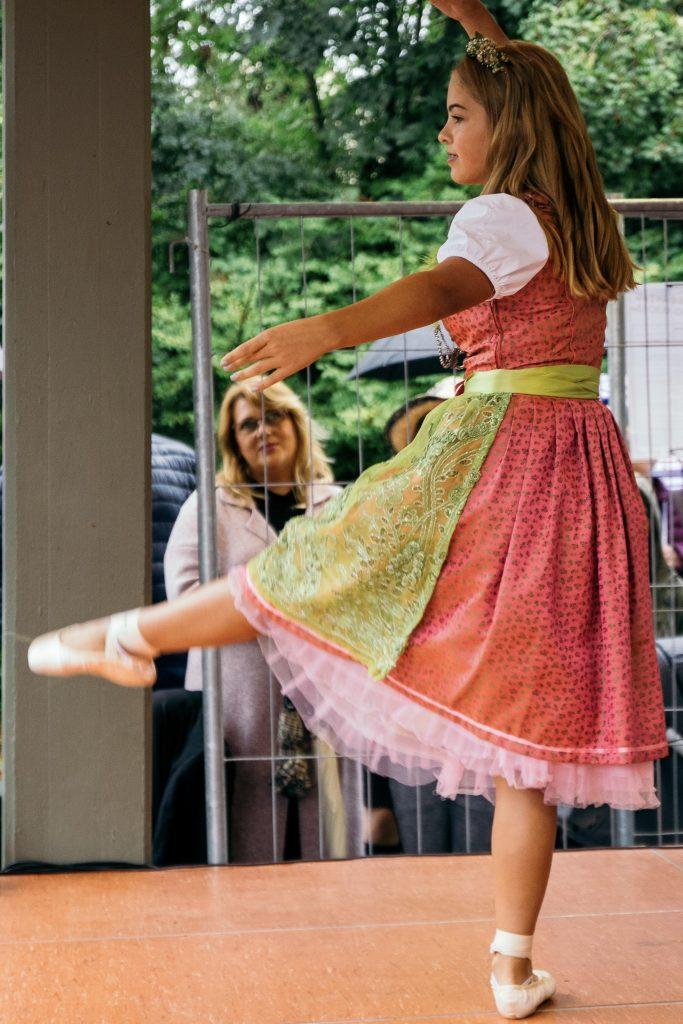 Kiara Guse, Tochter der Designerin, begeisterte mit einer Balleteinlage